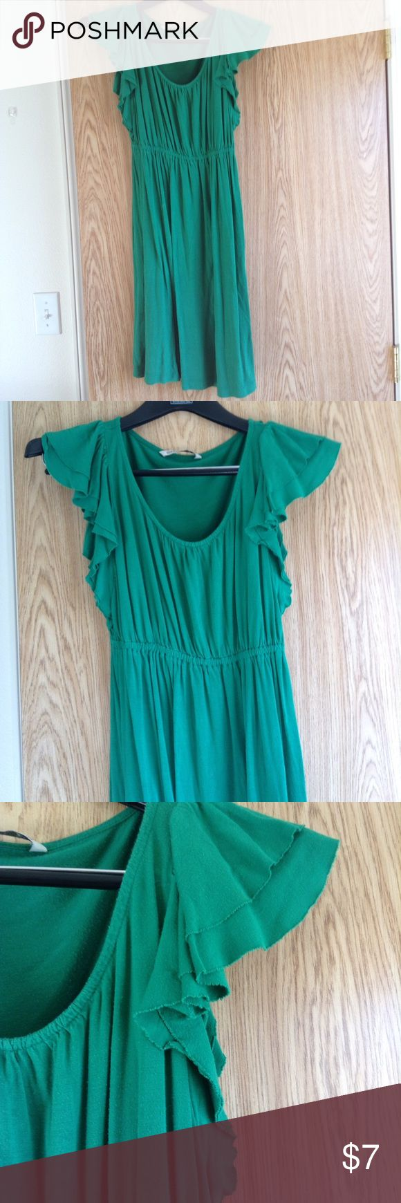Old Navy Casual Green Dress What's easier to wear than a soft, flowy, dress? This is a beautiful green hue with a fun ruffled detail on the sleeves. The band at the waist makes it figure-flattering. It is in great shape and ready to wear. Old Navy Dresses