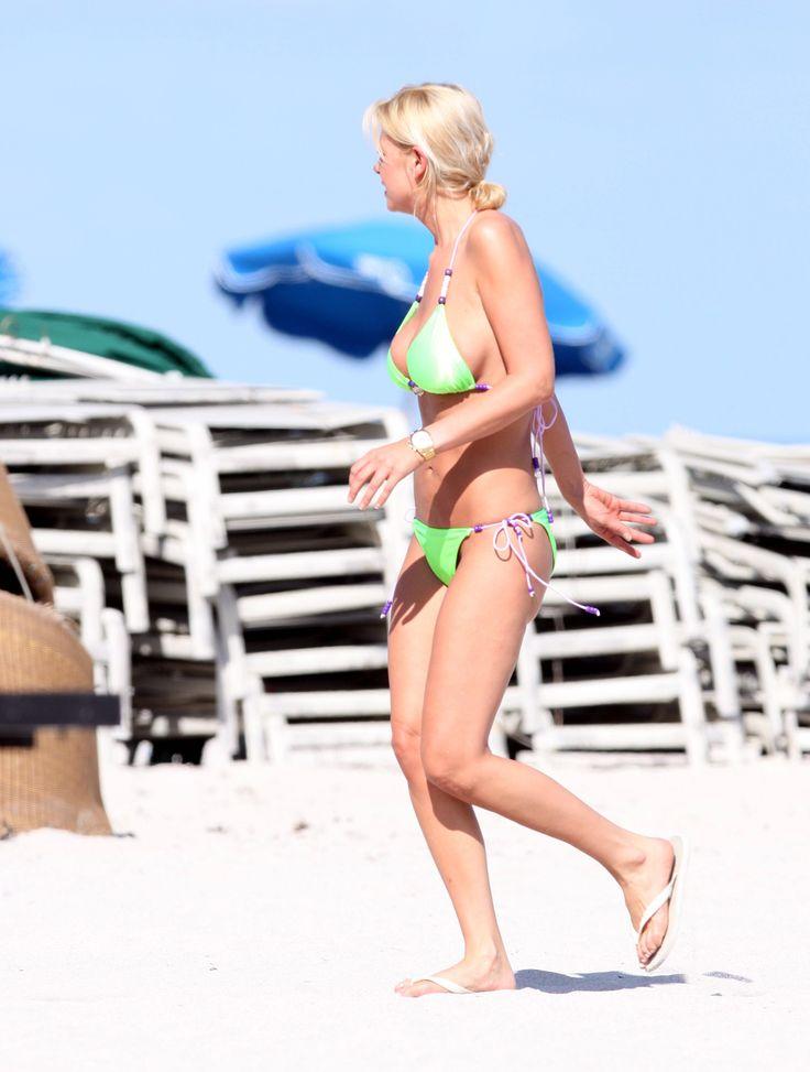 aAfkjfp01fo1i-10723/loc185/76801_Celebutopia-Tara_Reid_with_green_bikini_on_the_beach_in_Miami-27_122_185lo.jpg