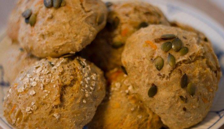 grovboller eller fuldkornsboller med gulerødder og kerner er nemme at lave