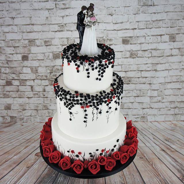En fedt gotisk bryllupskage til Ana og Lars. Tillykke!! #bryllupskage #bryllupsdag #københavnskage #brudepar #denstoredag #bryllup2017 #bröllop #gotiskkage #gothicwedding #københavn #amagerkage