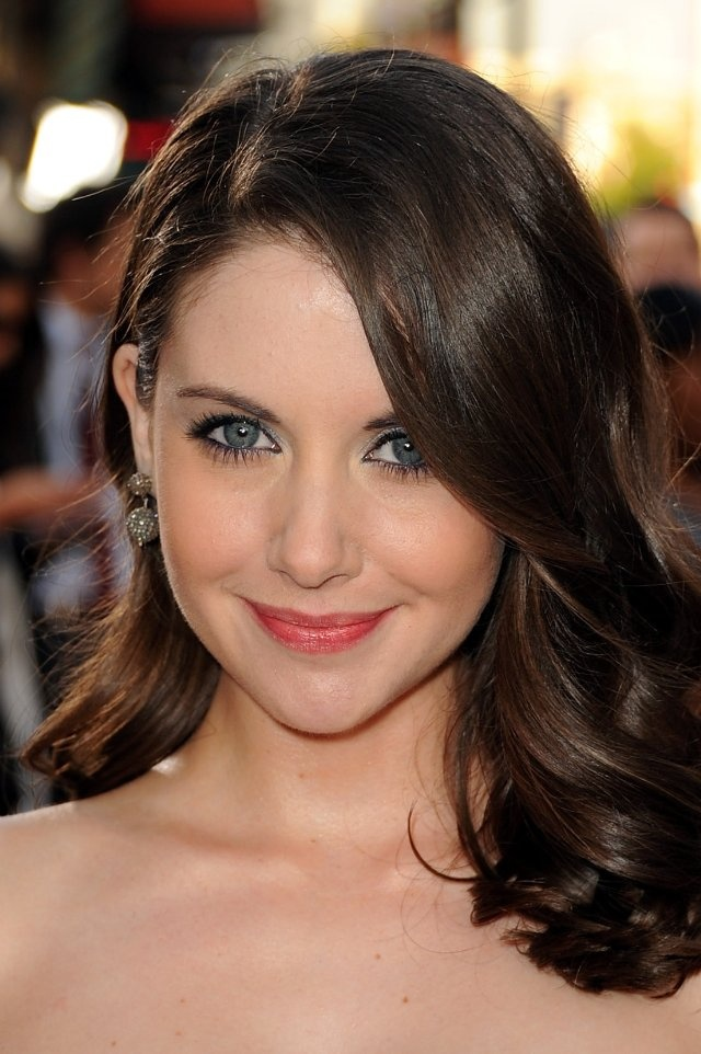 Alison Brie Chocolate brown hair pale skin, Brown hair
