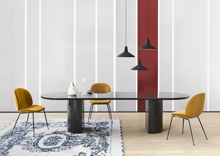 GUBI // Moon dining table - L 300 cm, Beetle chairs upholstered in Velluto di Cotono 312 and matt black G10 pendants
