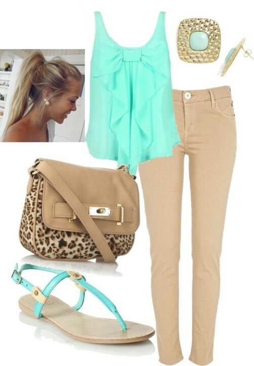 Pantalon beige et top turquoise