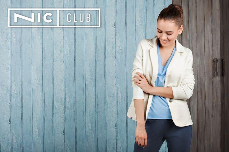 Жакет Cruise («Круиз») — приталенного силуэта, длиной до линии бедер. Особенности модели в морском стиле: застежка на две пуговицы, классические длинные рукава, карманы прорезные с листочками. Лаконичный пиджак дополнит ваш городской образ в стиле casual — изделие сочетается с джинсами, брюками, рубашками и футболками. Жакет Nic Club («Ник Клаб») представлен в трех модных оттенках — экрю (очень светлый, серо-желтый цвет), хаки и какао.
