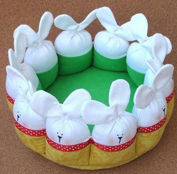 Пасхальная корзинка своими руками  Пасхальную корзинку можно легко изготовить своими руками. Пасхальную корзинку, которую мы вам предлагаем сшить из ткани ярких цветов украшают веселые зайцы. В такую корзинку в праздничный день можно сложить куличи, пасхи и крашенные яйца. Ширина каждого зайца для этой корзинки составляет 7 сантиметров, длина тела 5,5 сантиметров, а длина мордочки и ушек 8,6 сантиметров. Дно корзины лучше укрепить между слоями ткани картоном. Как сшить пасхальную корзину…