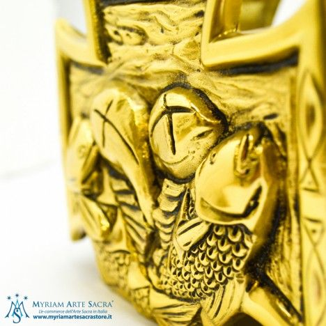 Coppia candelieri in ottone dorato raffiguranti pane/pesci.  Misure 15,5x15,5x12.  Bossolo: diametro cm. 8.  GLI ARTICOLI SONO FORNITI SENZA CANDELA O FINTA CANDELA.