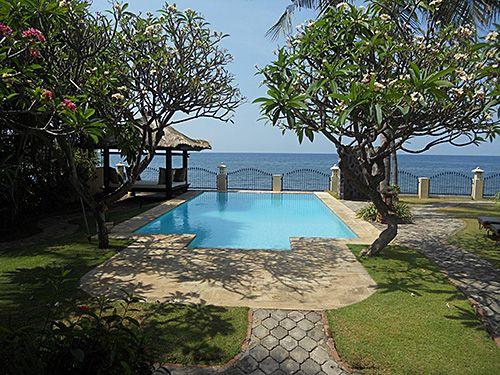 de kust van Noord-Bali bij Bukti. Geweldig zeezicht en via trap aan de ...