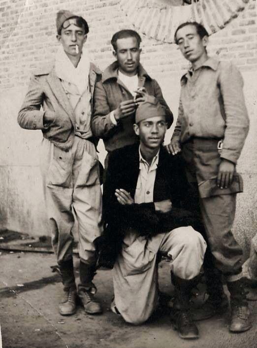 El poeta Miguel Hernández en el cuartel del V Regimiento. Madrid 1937.