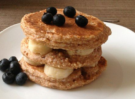 Amaranth-Pancakes mit Bananen und Heidelbeeren