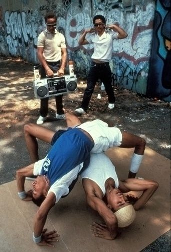 HiP HoP Hip hop é um gênero musical, com uma subcultura iniciada durante a década de 1970, nas áreas centrais de comunidades jamaicanas, latinas e afro-americanas da cidade de Nova Iorque. Afrika Bambaataa, reconhecido como o criador oficial do movimento, estabeleceu quatro pilares essenciais na cultura hip hop: o rap, o DJing, a breakdance e o graffiti.Outros elementos incluem a moda hip hop e as gírias.