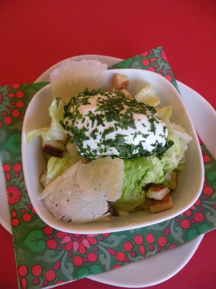 Caesar salad con uova in camicia