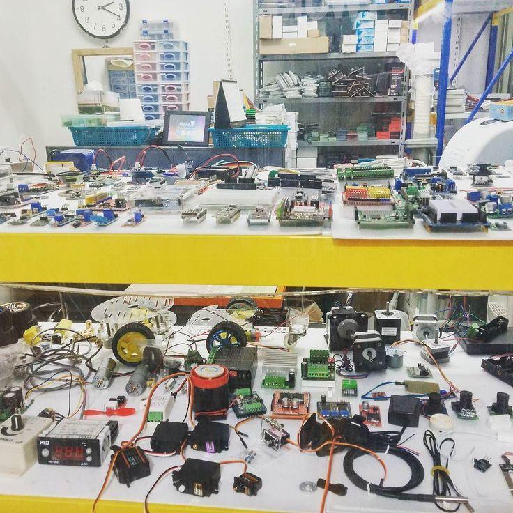 #arduino #shop #Cornerstore #actuator #sensor #fablabseoul #팹랩 #팹랩서울 #세운상가 세운 상가는 쪼마난 가게에서도 왠만한 아두이노 모듈들을 판매한다. 천국인가보다. 서울 살고 싶다. by eisenesie