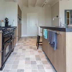 Bourgondische dallen - Bourgogne mix, in de maatvoering 15x15cm. Een prachtig kleine Franse steen met diverse kleurschakering geeft een interieur enorme sfeer. French limestone flooring | kersbergen.nl