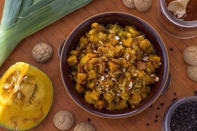 La zucca allo zenzero è un contorno agrodolce molto saporito da accompagnare a secondi piatti di carne come arrosti o brasati.