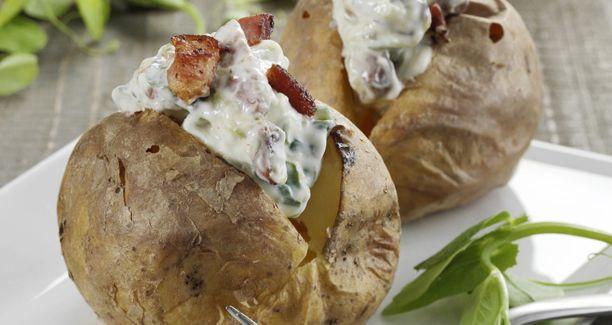 Bagt kartoffel og tzatziki med bacon