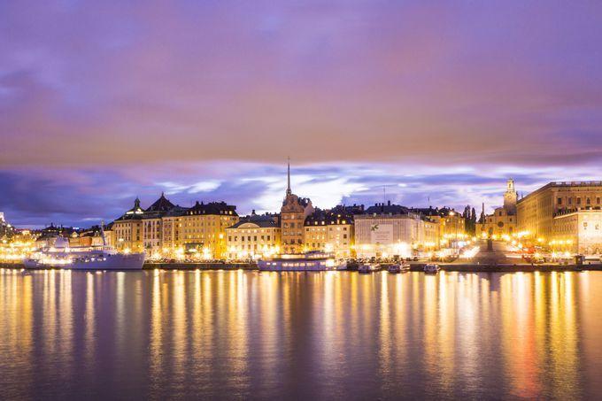 ストックホルムはスウェーデンの首都で14の島とそれを囲う運河があり水の都と呼ばれることもしばしば 市内の地下鉄の駅のほとんどの内装が芸術家によって描かれているため世界で最も長い芸術展示の異名もありますガムラスタンという旧市街エリアも景観が素晴らしくほとんどの観光客がこの場所を訪れます このように芸術的にも景観的にも素晴らしいストックホルムが持つ魅力をご紹介していきます