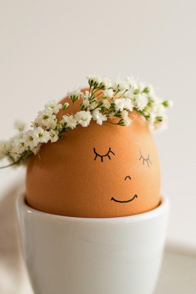 Super simpel; maar o zo schattig! Een lief eitje bij het paas ontbijt (of brunch). Kijk op de site voor uitleg (Engels) en stap-voor-stap foto's: http://www.flaxandtwine.com/2014/04/floral-wreath-crowned-easter-eggs-diy/ Succes! #DIY #Pasen #Ei