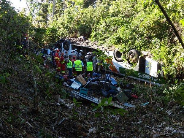 Acidente com ônibus deixa mortos e feridos na BR-101, na Serra, Espírito Santo (Foto: André Falcão/ TV Gazeta)