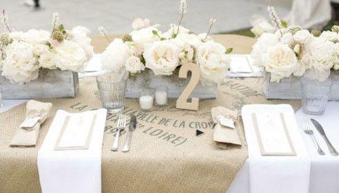 leinensack zum tisch decken und coole hochzeit tisch-dekoideen mit weißen rosen