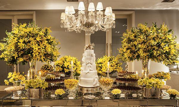 Mesa de doces casamento - flores amarelas  ( Decoração: Roberta Fasano | Foto: Douglas Daniel )