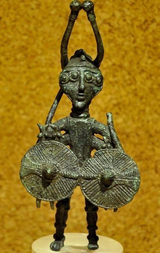 """Museo nazionale di Cagliari bronzetto guerriero denominato """"eroe a 4 braccia e 4 occhi"""" proviene da Abini-Teti"""
