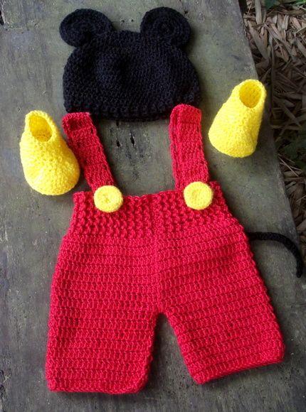 Conjunto confeccionado em crochê ( calça curta com suspensorio, sapatinhos e gorro). cor - vermelho/ preto e amarelo tamanhos - 0 a 3 / 3 a 6 / 6 a 9  9 a 12 meses. frete por conta do comprador R$ 99,90