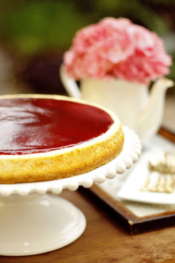 Tükröm-tükröm A sokak által kedvelt túrótorta egy igazán karakteres változata. Omlós, kókuszos kekszalapon egy réteg finom sült túrókrém, melyet főzött házi málnazselé-tükörrel vonunk be. Elegáns megkoronázása minden ünnepnek!   Neked Cake Budapest