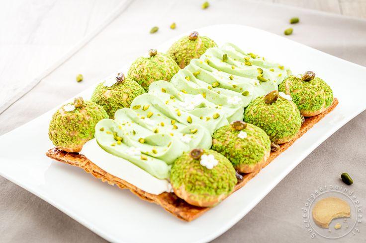 Saint Honoré revisité à la pistache. Pâte feuilletée, choux recouverts craquelin vert et garnis de crème pâtissière pistache. Chantilly vanille et pistache.