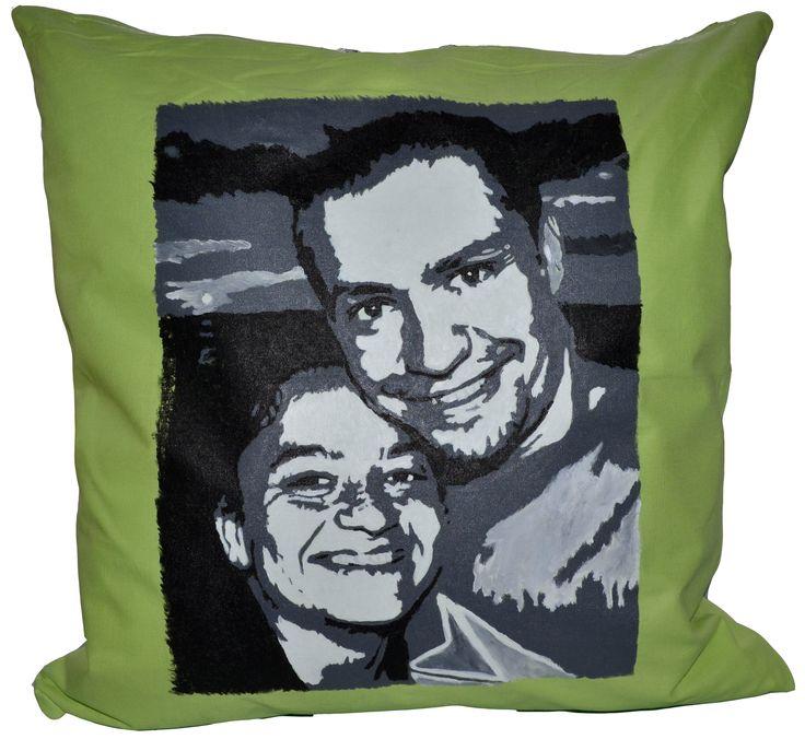 Poduszka ręcznie malowana specjalnymi farbami do tkanin. Po procesie malowania utrwalana termicznie c powoduje niespieralność. Motyw: Portret ze zdjęcia