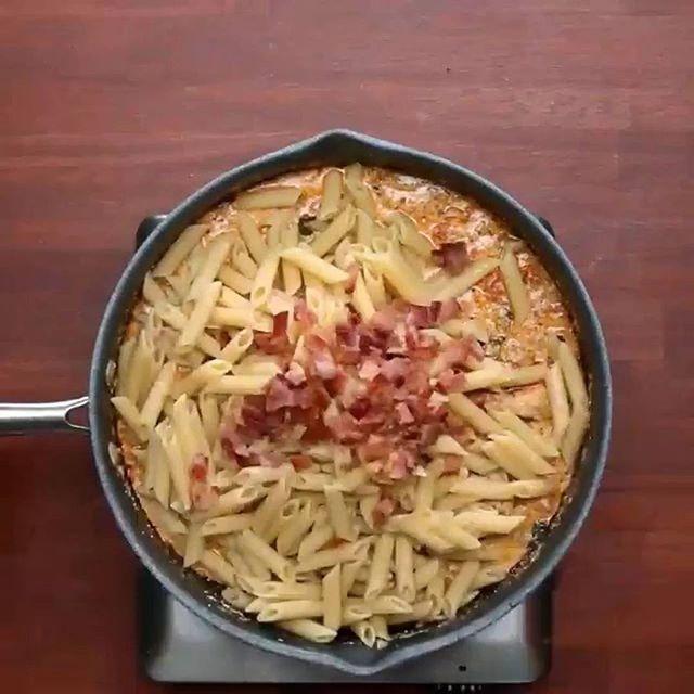 Пенне с курицей в сливочном соусе😋😋 4 порции ИНГРЕДИЕНТЫ: 4 ломтика бекона; 2 куриные грудки, нарезанные; Соль и перец по вкусу; 2 чайные ложки итальянской приправы; 1 чайная ложка паприки; 2 зубчика чеснока, измельчить; 2 чашки шпината; 4 маленьких помидоры, нарезанные кубиками; 1 ½ стакана сливок; 1 стакан тертого пармезана; ½ чайной ложки красного перца хлопья; 300 грамм пенне (перьев), приготовленных аль денте.