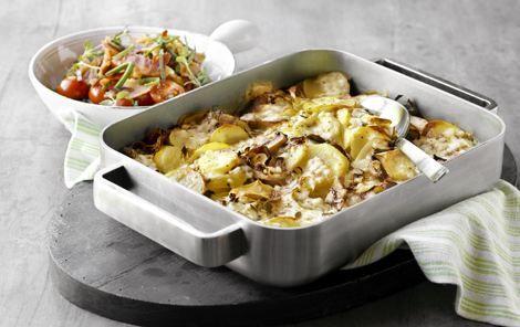 Kartoffelfad med hytteost - masser af grønsager bagt i ovnen sammen med æg og hytteost. Salat med tomat, porretop, bacon.