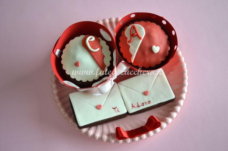 Composizione di Cupcake e Biscotti decorati per innamorati: con iniziali modellate e mano e dedica dipinta a mano
