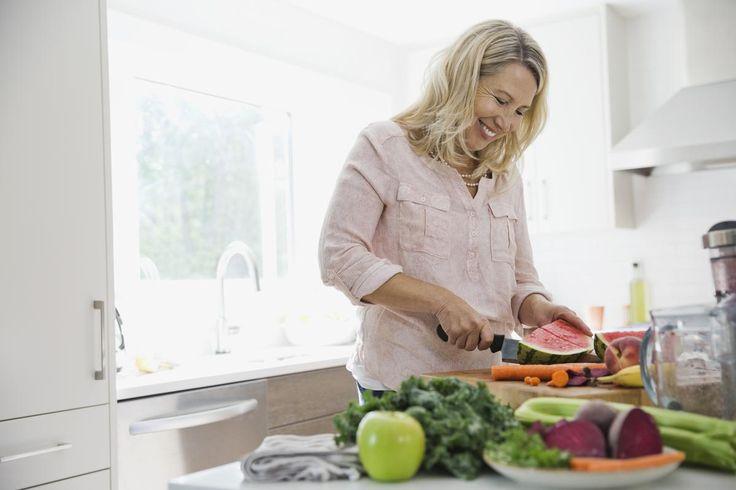 Bouffées de chaleur, insomnies, moral en berne... la préménopause et la ménopause chamboulent les femmes, en général entre 48 et 50 ans, et l'étape peut être difficile à surmonter pour certaines. D'autant plus que le jeu des hormones entraîne aussi une modification du corps et une prise de poids. Décryptage et conseils du médecin nutritionniste Corinne Chicheportiche-Ayache (1).