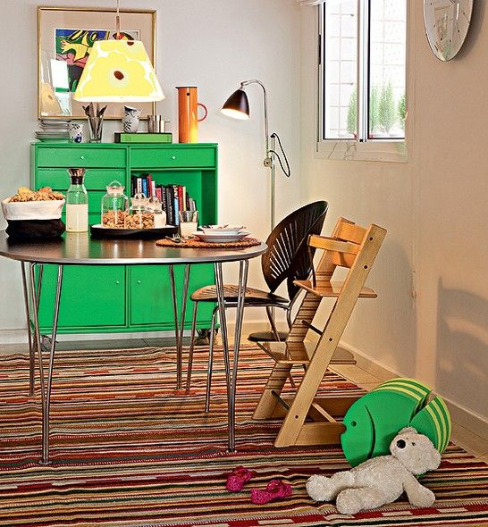 """A moradora Anette Gade encontrou em São Paulo um apartamento no costume dinamarquês. """"Lá a cozinha fica bem perto do lugar de comer. Gostamos de cozinhar enquanto as crianças desenham."""" Por isso a copa conta com toda a estrutura para os pequenos"""