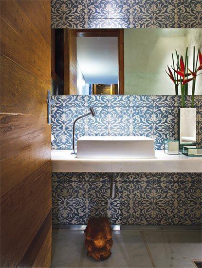 No lavabo desta casa de campo, em Nova Lima, MG, uma das proprietárias pediu ao arquiteto David Guerra um acabamento que lembrasse um rendil...