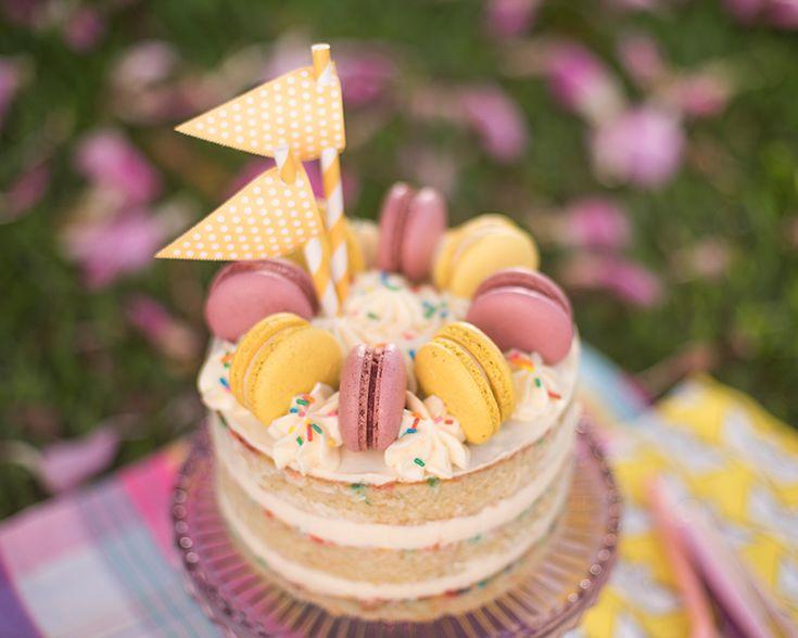 Está virando uma tradição nossa: na semana do meu aniversário a gente ensina a receita de um bolo digno de festa! Gui sempre me pergunta qual o sabor que quero pro meu bolo, e esse ano me rendi ao meu favorito: baunilha! Gui deu toques diferentes ao bolo (um tiquinho de mel que fez toda a diferença!) e o resultado...