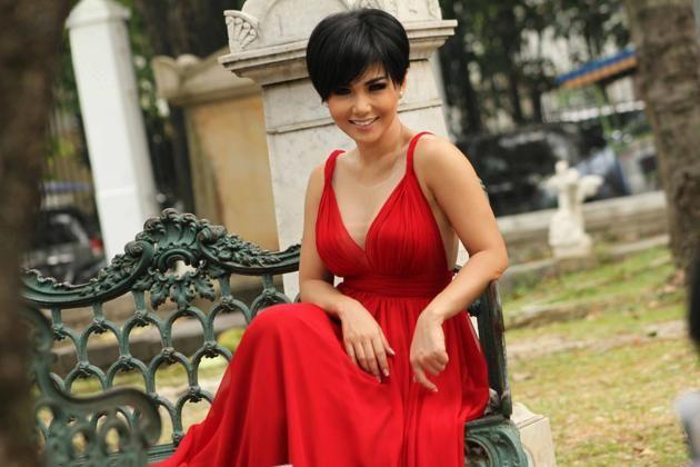Gaun Merah Yuni Shara Bikin Bergairah ! | wisbenbae