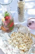 Verras je gasten of je kinderen eens met een eigen portie popcorn op de bbq. Even die worsten en karbonades opschuiven, dan past het er best naast.  Hoe maak je popcorn op de barbecue? Je leest het bij de bron.