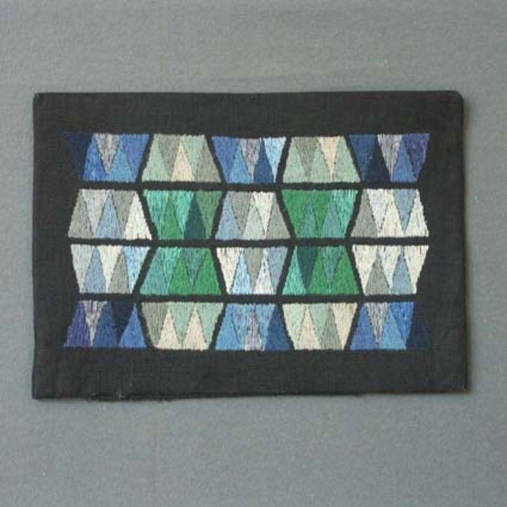 """Kuddvar """"Svart mosaik"""", design: Irma Kronlund. Geometriskt mönster broderat på framsidan och baksida i svart linne."""