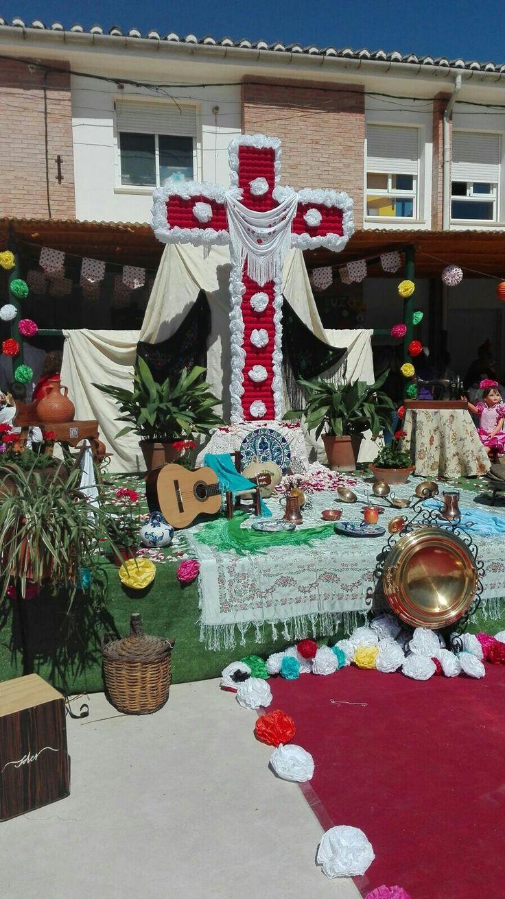 Día de la cruz en infantil en el CEIP JUAN PABLO I de Valderrubio (Granada) Está hecha con cartones de huevos,pintados de rojo y flores de papel de seda