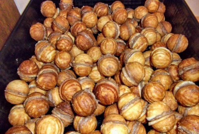 INGREDIENTE Coji: - 3 oua - 200 ml ulei - 1 praf de copt - 1 cana de zahar - esenta de vanilie - faina cat cuprinde Umplutura: - 200 g ciocolata - 200