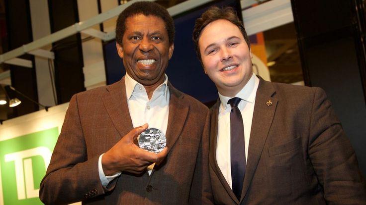 L'écrivain Dany Laferrière a reçu samedi le prix de littérature Ludger-Duvernay, décerné par la Société Saint-Jean-Baptiste de Montréal.