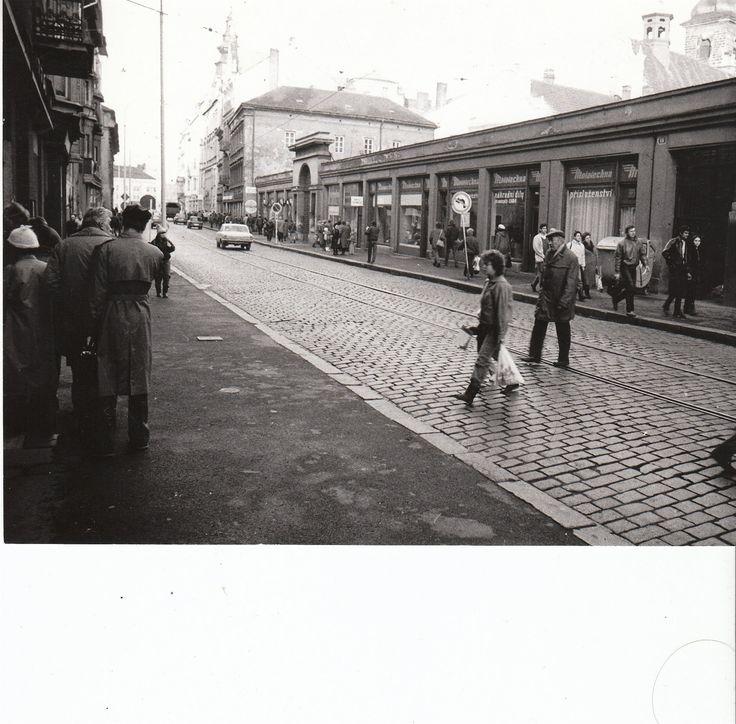 Do Františkánské ulice byli Plzeňané zvyklí chodit do řeznictví, holičství, pro šicí stroje a jízdní kola nebo do velké prodejny Mototechna. Jak ukazuje snímek z roku 1987, v minulosti ulicí jezdily i tramvaje.