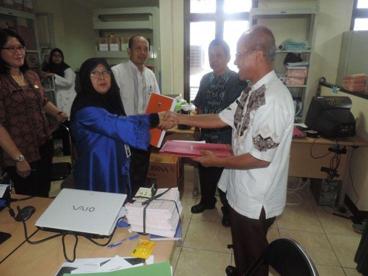Penyerahan DHKP oleh kepala UPPD Senen kepada pihak Kelurahan