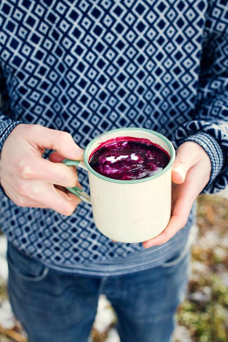[ Hemmagjord blåbärssoppa ] Låt 4 dl frysta blåbär koka upp tillsammans med ca 5 dl vatten. Mixa soppan slät med en stavmixer, red med lite potatismjöl utblandat i en skvätt vatten. Söta med honung.
