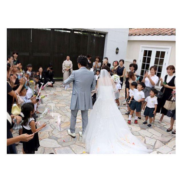 . . お客様から素敵なお写真をお借りしました。 . 挙式後のフラワーシャワーでは、POPOのリボンワンズをレンタルしていただきました 新婦様のお仕事が保育士さんでいらっしゃるので子供達が、リボンワンズを振って嬉しそう♪ 子供達も取り合いになって喜んでくれたようです♡ 作った甲斐がありますね‼︎ . #flowerwalkpopo #富山県 #花嫁準備 #プレ花嫁 #結婚式準備 #結婚式 #ウェディング #テーマウェディング #オリジナルウェディング #キャナルサイドララシャンス #ララシャンス#花屋 #花 #リボンワンズ #フラワーシャワー #カラフル #ポップ #明るい #可愛い #ブライダル #wedding #weddingflowers #bride #bridal #bridalflowers #instflower #flowerstagram #flowerpic#colorful