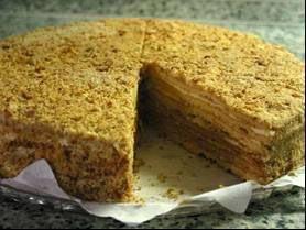 Medovnik of Tsjechische honingtaart is een lekker recept en bevat de volgende ingrediënten: 200 gr. suiker, 2 eieren, geklutst, 50 gr. boter, 2 el. honing, 2 koffielepel bakpoeder, 600 gr. meel, room vulling, 400 ml. gecondenseerde melk., 3 eieren, 2 el. honing, 50 gr. boter