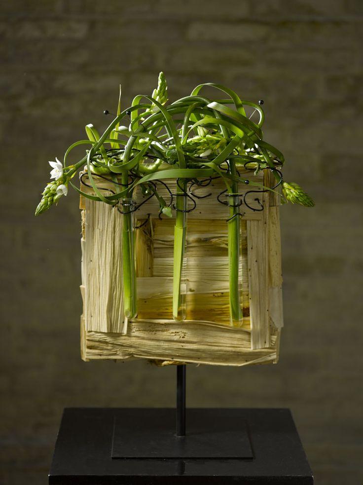 Valentijn Sneek- just the cutest little flower arrangement to make a simple statement in a room. Adore it!