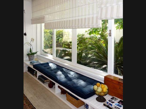 Banco na janela com prateleira para livros e albuns de foto, adoro! Aproveitamento maravilhoso de espaço!: