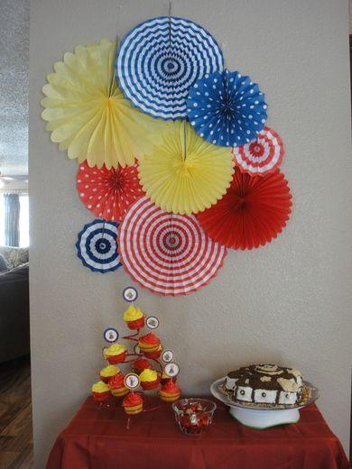 Rosetas de papel de colores amarillo, azul y rojo para decoración de fiesta temática colombiana. #FiestaTematicaColombiana